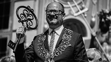 Prezydent Gdańska Paweł Adamowicz z symbolicznym kluczem do bram miasta podczas ceremonii otwarcia 758. Jarmarku św . Dominika na przedprożu Dworu Artusa, Gdańsk 28.07.2018.