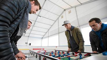 Piłkarze Lecha Poznań Kasper Hamalainen i Paulus Arajuuri otworzyli lodowisko przy Inea Stadionie
