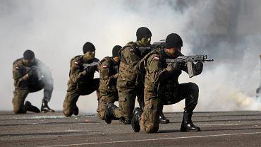 Pokaz ćwiczebny z okazji przysięgi wojskowej Wojsk Obrony Terytorialnej w Wyższej Szkole Oficerskiej.
