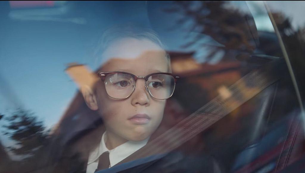 'Można zapomnieć, że to reklama'. Chłopiec w za dużych okularach skradnie wasze serce