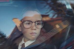 """""""Można zapomnieć, że to reklama"""". Chłopiec w za dużych okularach i jego tajemnica  [WIDEO]"""