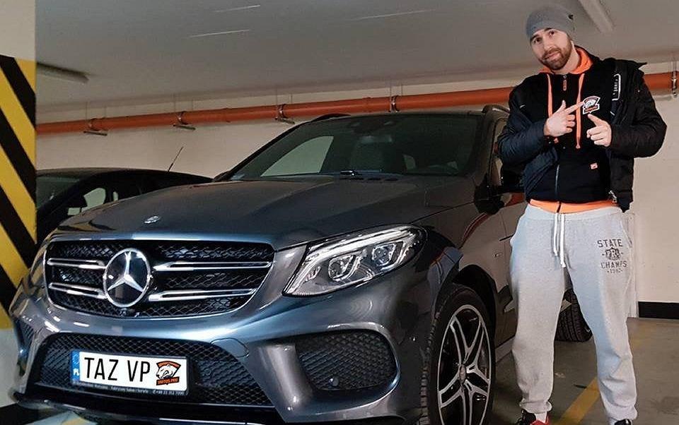 Wiktor 'TaZ' Wojtas obok Mercedesa, którego otrzymał za wygraną w turnieju DreamHack Masters.