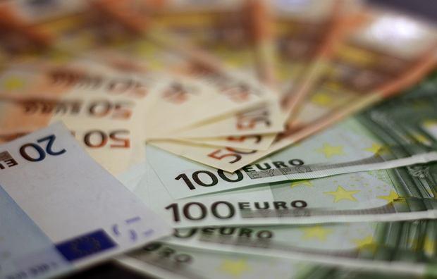 Nagła zmiana kursu złotego. Dlaczego bank centralny zaczął go osłabiać?