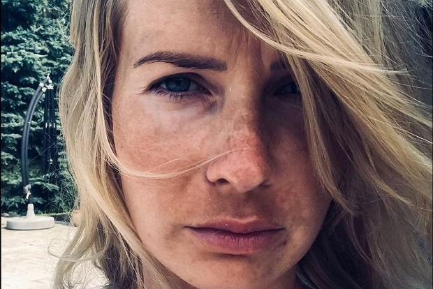 Edyta Pazura pochwaliła się zdjęciem, na którym pozuje bez makijażu. Żona Cezarego Pazury jednocześnie rozmyśla nad skorzystaniem z henny.