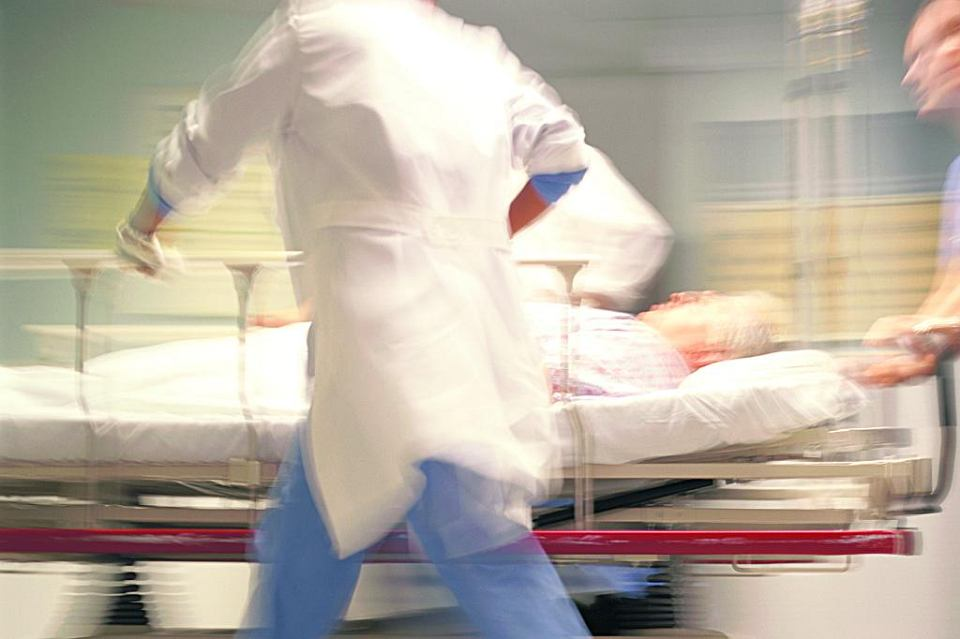 'Wciąż słyszycie sygnał pagera. Biegacie niczym w transie: z oddziału na oddział, od pielęgniarki do pielęgniarki, od jednego pilnego przypadku do drugiego' - pisze o pracy lekarza Adam Kay. Jego książka to bestseller w Wielkiej Brytanii