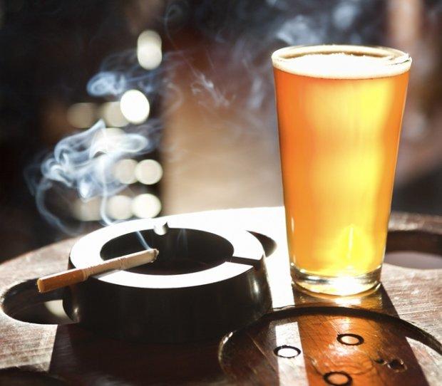 Savoir-vivre: gdy nie pozwalają palić na ogródku w pubie