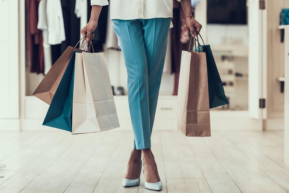Ubrania dla dojrzałych kobiet, które warto kupić na wyprzedaży