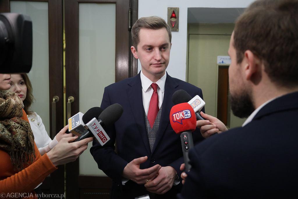 Poseł PiS Sebastian Kaleta podczas wypowiedzi dla mediów, Sejm 20.12.2019.