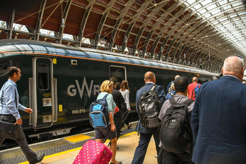 Kobieta codziennie spędzała 2 godziny w pociągu, dojeżdżając do swojej chorej córki. Dostała od linii kolejowych darmowy bilet
