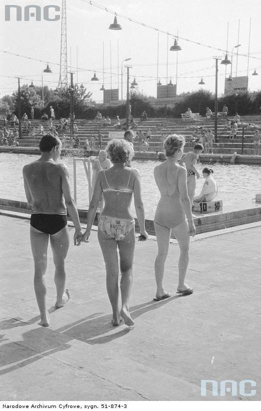 Mężczyźni i kobiety w strojach kąpielowych na odkrytych basenach WKS Legia przy ul. Łazienkowskiej w Warszawie, między 1958 a 1968