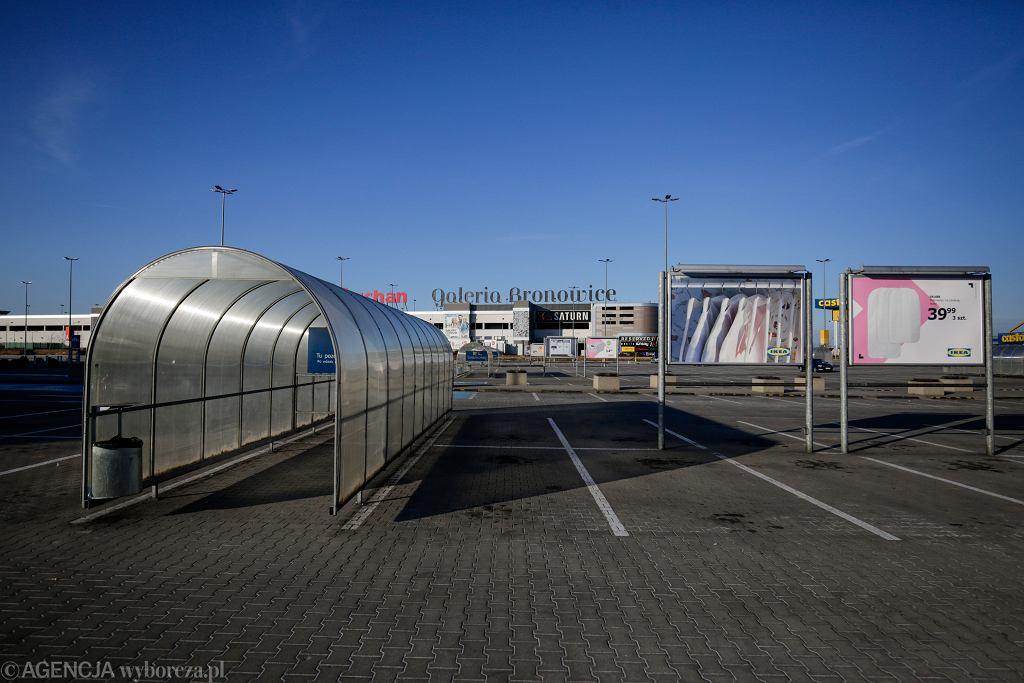 Pozamykane supermarkety i puste parkingi w pierwszą niedzielę z zakazem handlu.