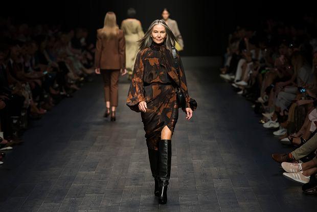 Lou Kenny na pokazie Camilla and Marc,  Melbourne Fashion Festival, marzec 2020