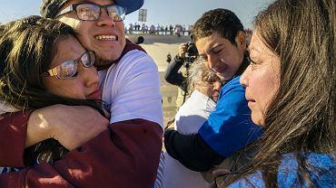 'Objęcia zamiast murów' nad Rio Bravo: po latach rozłąki 200 rodzin rozdzielonych granicznym płotem opowiada, co u kogo słychać. Mają na to 3 min