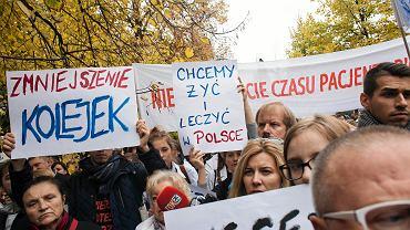 Zdjęcie z października 2017 roku. Protest lekarzy przed kancelarią premiera w Al. Ujazdowskich
