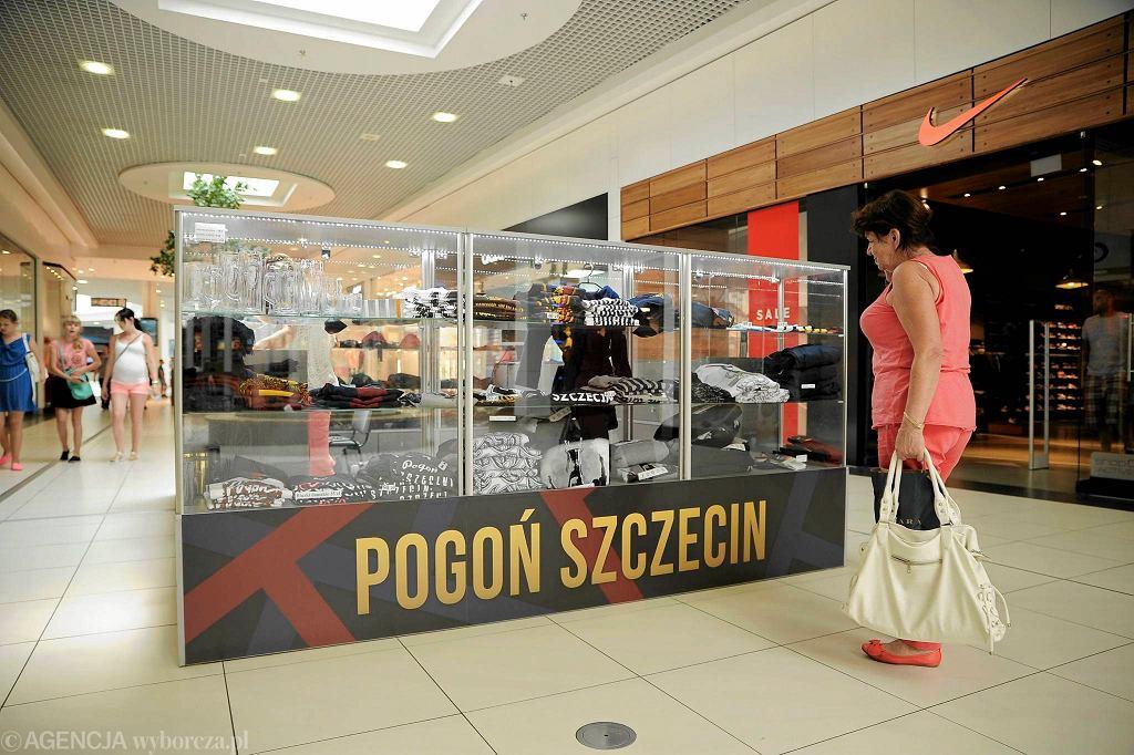 Gadżety Pogoni Szczecin w CH Galaxy. W 2015 roku klub zarobił na nich ponad milion złotych.