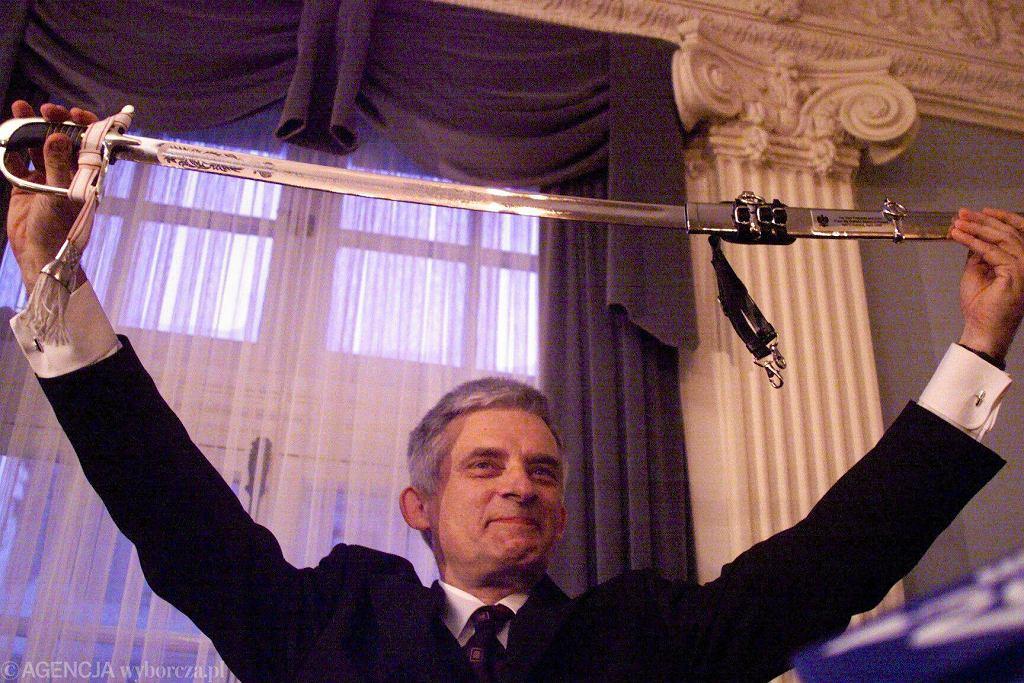 21.04.1999 r., Waszyngton. W polskiej ambasadzie premier Jerzy Buzek zaprezentował szable, które wręczał politykom zasłużonym dla sprawy wejścia Polski do NATO. Polska stała się pełnoprawnym członkiem Sojuszu 12 marca 1999 roku.
