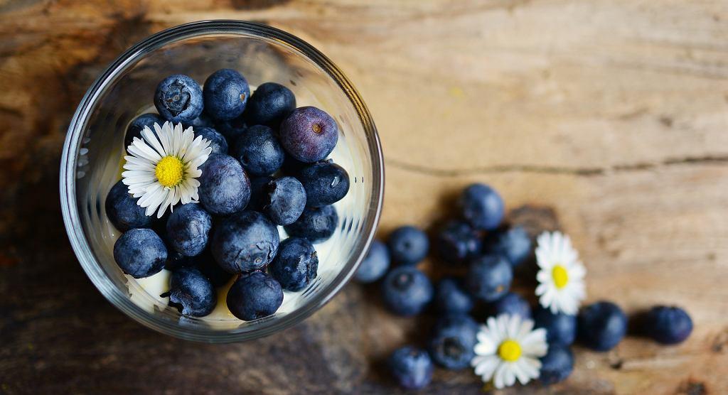 jagody z jogurtem - propozycja podania