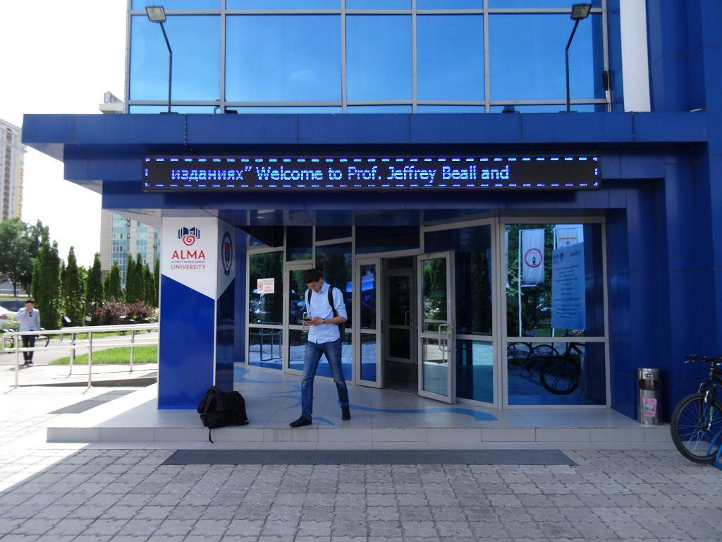 Napis na budynku uniwersytetu w Ałmatach w Kazachstanie