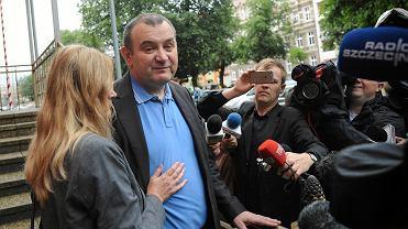 Poseł Stanisław Gawłowski tuż po wyjściu ze szczecińskiego aresztu śledczego (lipiec 2018). Z lewej - jego żona Renata
