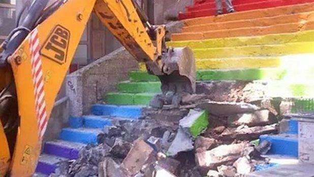 Zburzone tęczowe schody w Stambule