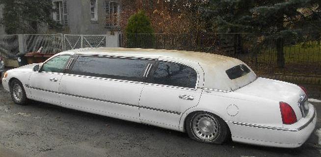 Komu znudził się biały lincoln? Ekskluzywna limuzyna porzucona na ulicy