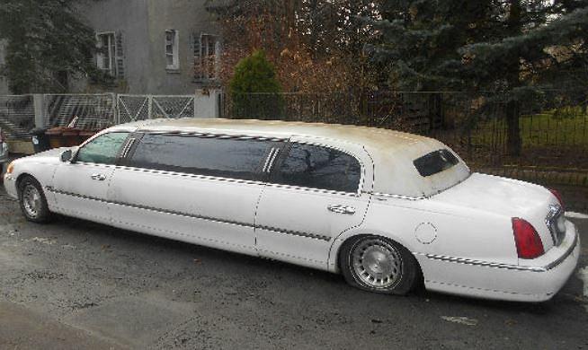 Wrocław. Ekskluzywna limuzyna porzucona na jednej z ulic. Straż miejska poszukuje właściciela
