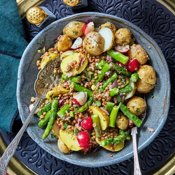 Sałatka zziemniaków, szparagów, rzodkiewek i zielonej soczewicy