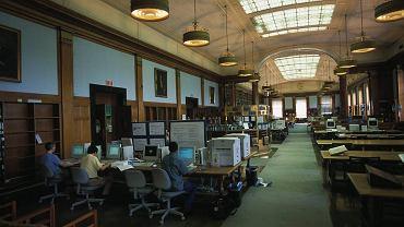 Studenci w bibliotece w Harvardzie