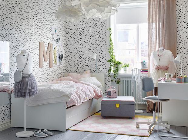 Łóżko Ikea dla nastolatki w pastelowej aranżacji.