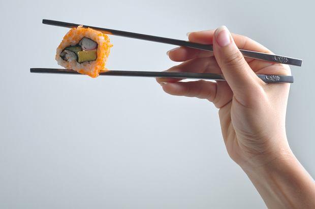 Najwięcej wątpliwości wśród osób, które nigdy nie jadły sushi, pojawia się w momencie złapania pałeczek do ręki.
