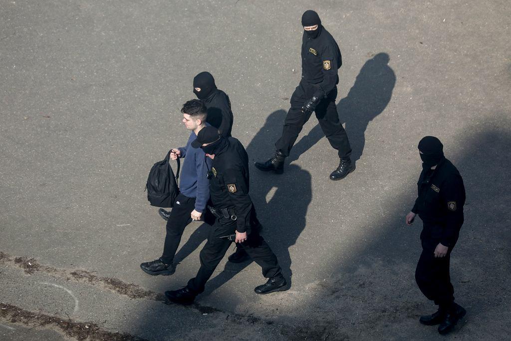 Policja zatrzymuje protestujących podważających wyniki wyborów prezydenckich na Białorusi.