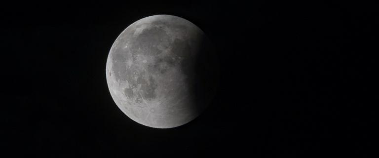 Pierwsza taka misja. Chińczycy wysłali łazik na niewidoczną stronę Księżyca