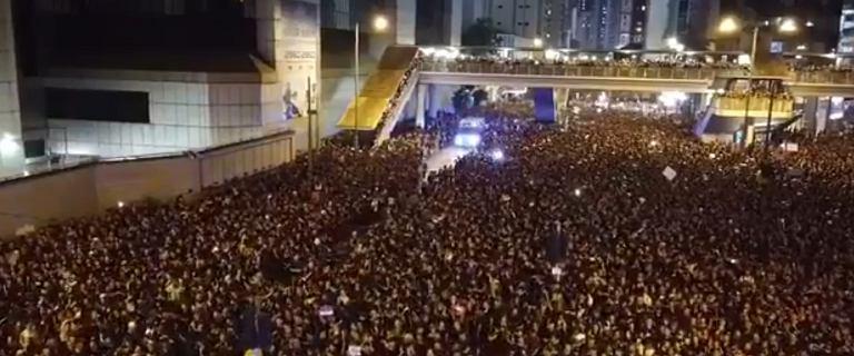Milionowe protesty w Hongkongu. Morze ludzi rozstąpiło się, by ustąpić miejsca karetce
