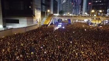 Karetka przejeżdża przez tłum w czasie protestów w Hongkongu