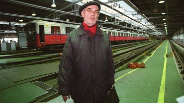 Ksawery Jasieński w bazie metra na Kabatach idzie na nagranie zapowiedzi stacji I linii. Zrobił to społecznie w lutym 1999 roku