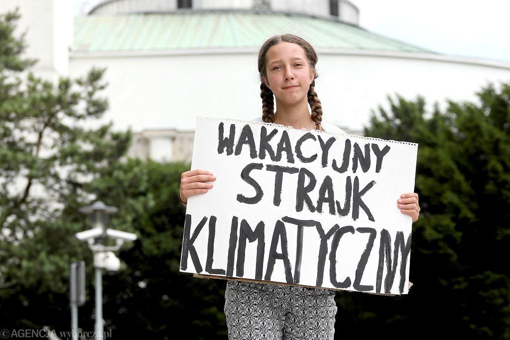 Trzynastoletnia Inga Zasowska podczas wakacyjnego strajku klimatycznego wobec zablokowania między innymi przez Polskę redukcji CO2 do roku 2050.