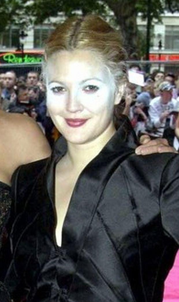 """Drew Barrymore na premierze filmu """"Aniołki Charliego: Zawrotna szybkość"""" w 2003 roku w Londynie"""
