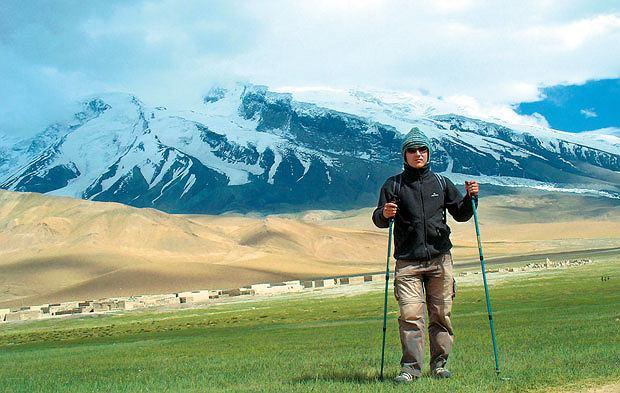 Mój pierwszy raz: zjazd na nartach z 6 tys. metrów, sport, góry, mój pierwszy raz, narty, W drodze do base campu jeszcze udawało nam się stąpać po zielonych pastwiskach. Później tylko skały, śnieg i lód