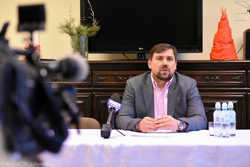 Stowarzyszenie Helper, prowadzi Tomasz Kaczmarek, były poseł PiS i były agent CBA, znany jako agent Tomek