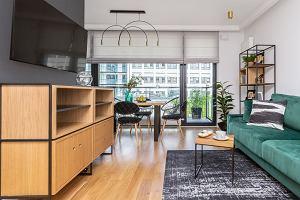 Jak połączyć klasykę ze stylem loftowym? Elegancki apartament w Warszawie