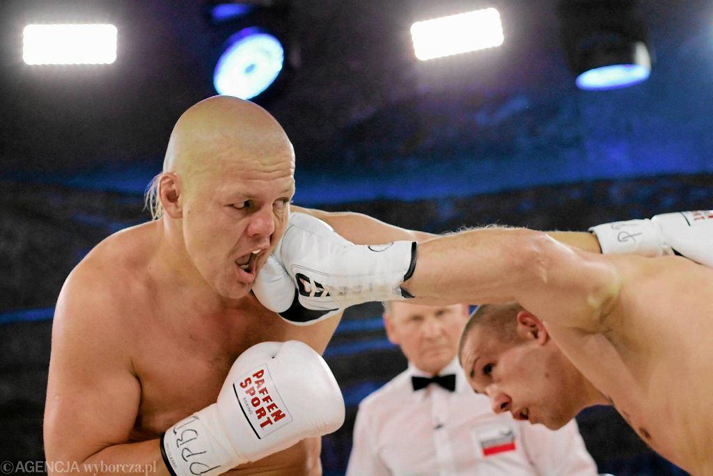 19.10.2013 Wieliczka. Artur Binkowski (l) i Krzysztof Zimnoch (p) podczas pojedynku. Wojak Boxing Night w kopalni soli