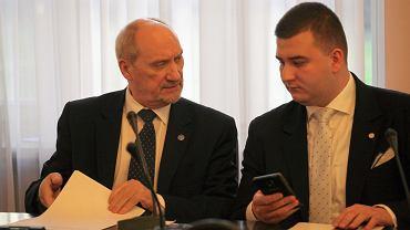 Antoni Macierewicz i szef gabinetu politycznego MON Bartłomiej Misiewicz