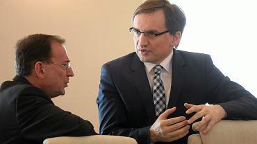 Minister koordynator Mariusz Kamiński i minister sprawiedliwosci Zbigniew Ziobro podczas posiedzenia rządu