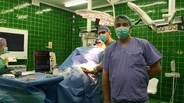 Profesor Dawid Murawa podczas zabiegu oszczędzającego pierś, w którym użyto do lokalizacji guza znacznika magnetycznego.