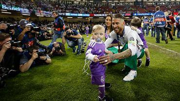 Sergio Ramos celebruje drugi z rzędu triumf w Lidze Mistrzów.