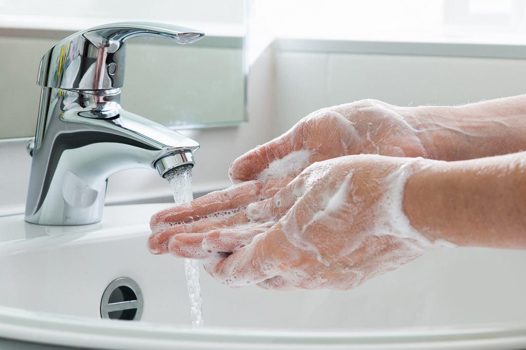 Mycie rąk, zdjęcie ilustracyjne (fot. shutterstock.com)