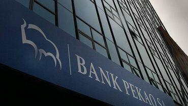 Stare logo banku Pekao, które obowiązywało od 1998 r. W 2012 r. z szyldów na oddziałach zniknął żubr, a w jego miejsce pojawiła się charakterystyczna ciemnoczerwona 'jedynka', czyli znak firmowy włoskiego UniCredit.