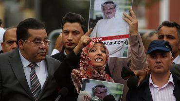 Świat pyta: Gdzie jest Dżamal Khashoggi? Publicysta dysydent wszedł do saudyjskiego konsulatu w Stambule i słuch po nim zaginął... Na zdjęciu demonstracja przed siedzibą konsulatu. Na pierwszym planie jemeńska działaczka praw człowieka Tawakkol Karman, laureatka Pokojowego Nobla. Stambuł, 8 października 2018 r.