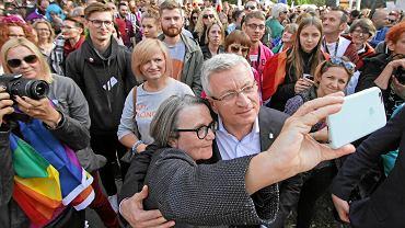 Prezydent Poznania Jacek Jaśkowiak razem z reżyserką Agnieszką Holland podczas Marszu Równości w 2016 r.