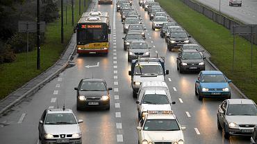 Olbrzymi korek na Trasie Łazienkowskiej. Zderzyło się tam pięć pojazdów (zdjęcie ilustracyjne)